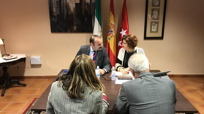 Manuel Giménez durante la reunión con la consejera de Empleo, Formación y Trabajo Autónomo de la Junta de Andalucía