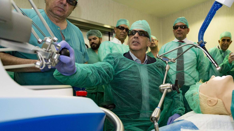 Enrique Ruiz Escudero con el primer sistema de cirugía robótica flexible de España