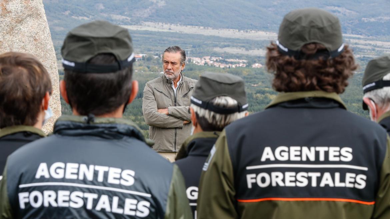 El consejero hablando con los agentes forestales