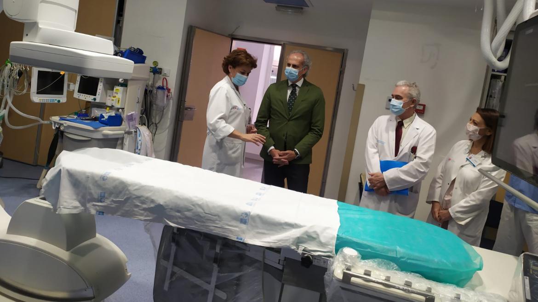 Enrique Ruiz Escudero durante su visita a la renovación del Área de Intervencionismo y la Unidad del Dolor del Hospital de La Princesa