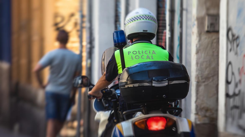 Policia Local en una moto patrullando