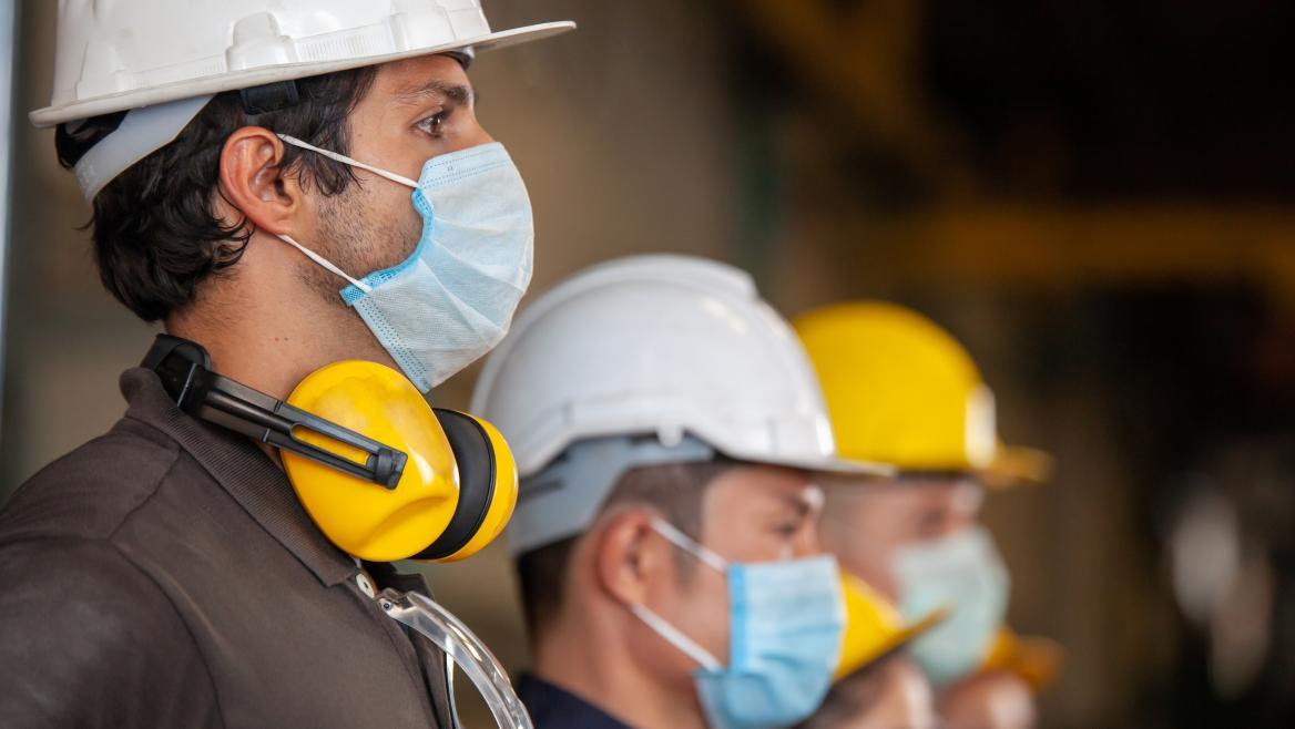 Trabajadores con protecciones