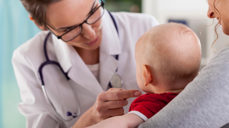 Doctora atendiendo a bebé
