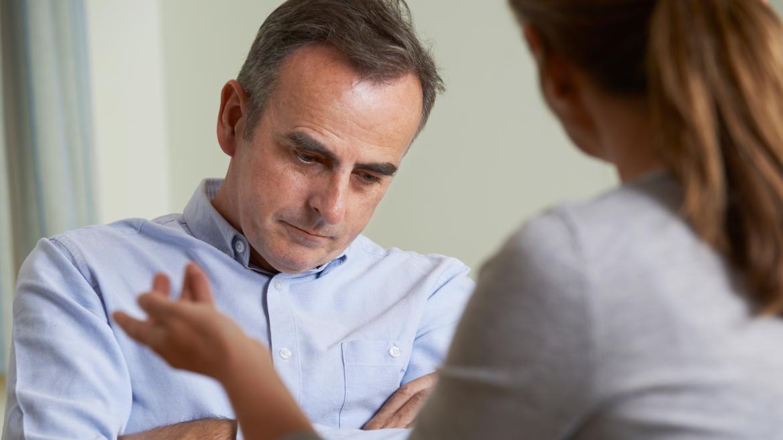 Psiquiatra en consulta atendiendo a un hombre