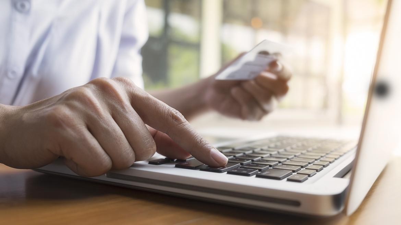 Persona trabajando con un ordenador portátil