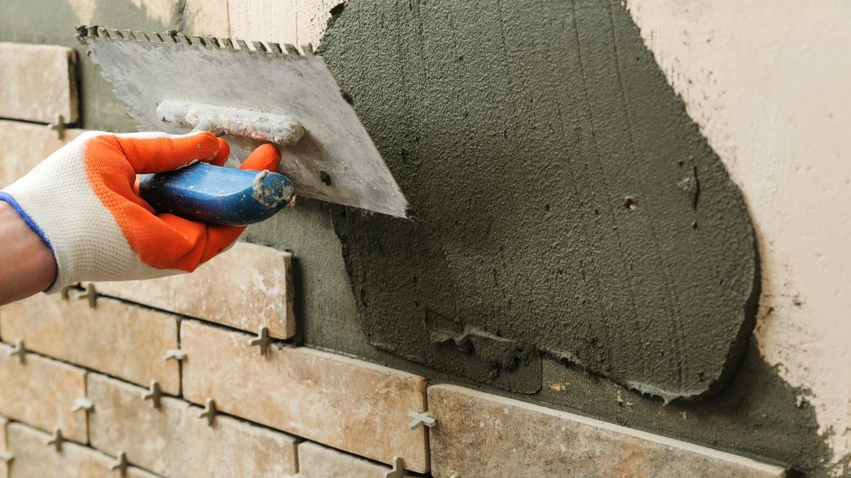 Reparación con cemento en una pared. Reforma.