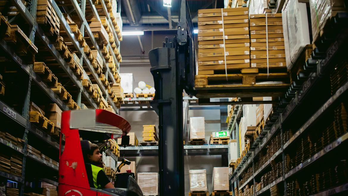 Un operario trabajando en el almacén logístico