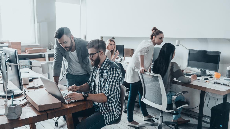 Una oficina con jóvenes trabajadores
