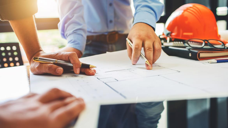 Unos arquitectos planificando una obra