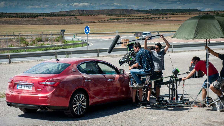 Equipo de cámaras de cine graban una escena con un coche