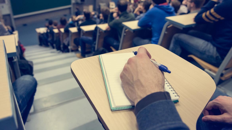 joven en examen en aula magna