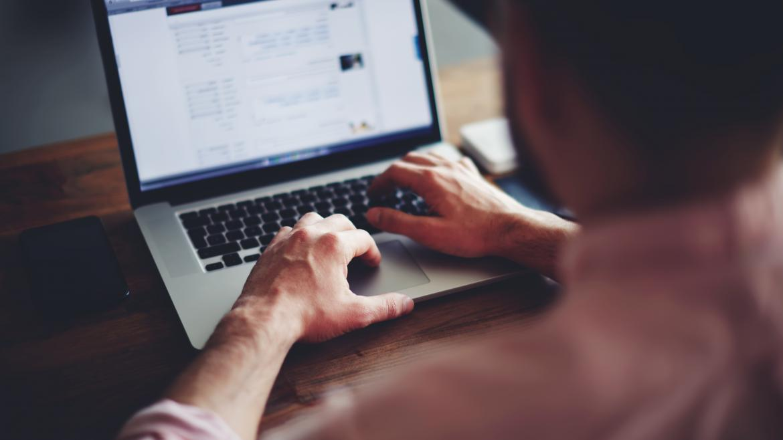 Hombre trabajando con un ordenador