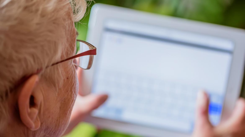 Entregamos 859 tablets a las residencias para facilitar que los usuarios  contacten con sus familias | Comunidad de Madrid