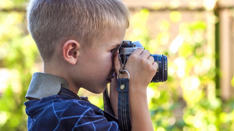 Un niño haciendo una fotografía