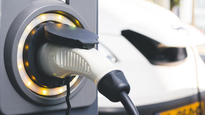 Un coche eléctrico cargandose