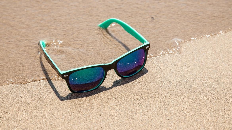 Gafas de sol en la arena de la playa