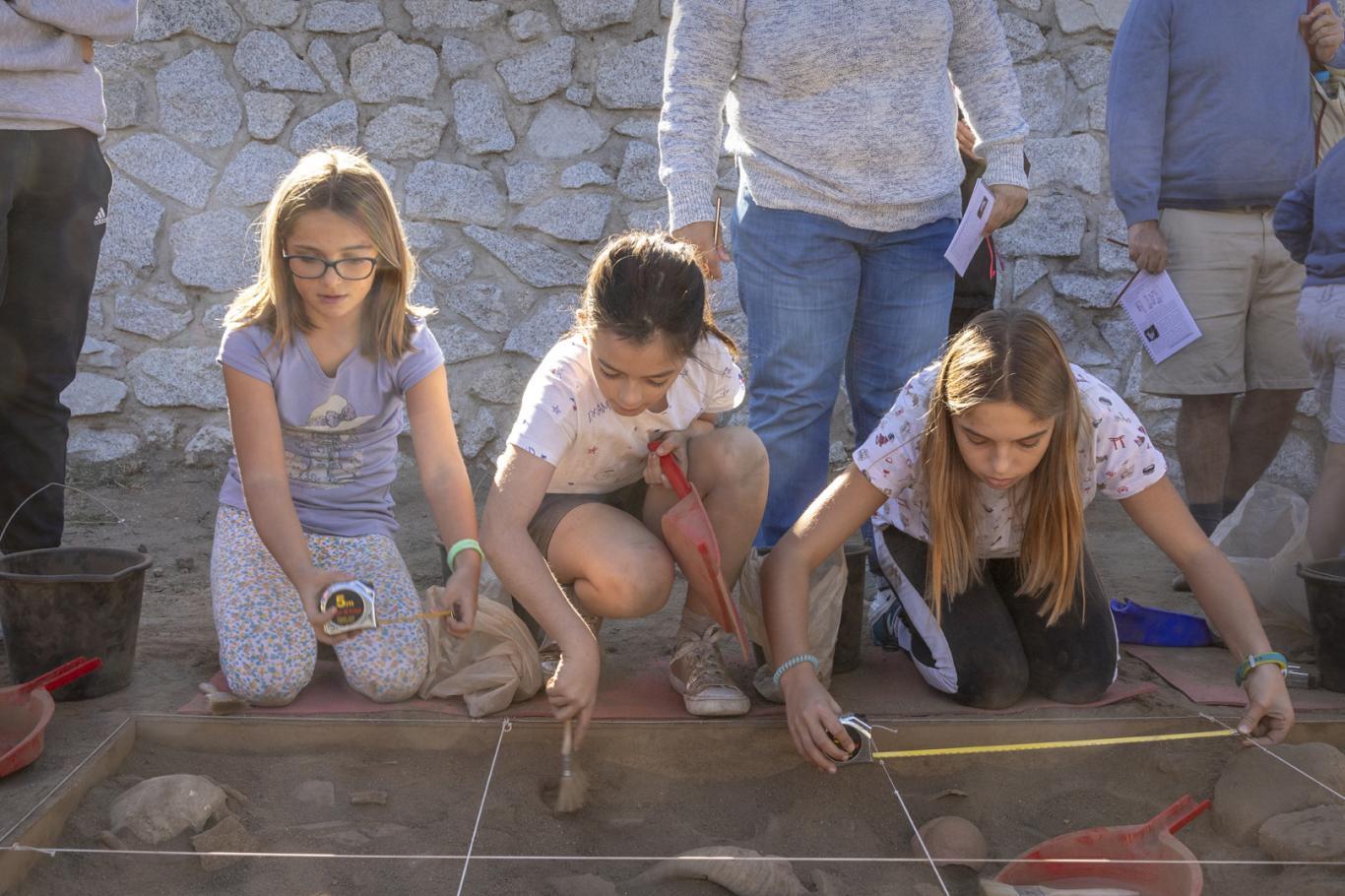 Imagen de niñas buscando restos dentro de las activiidades de Arqueólogos por un día