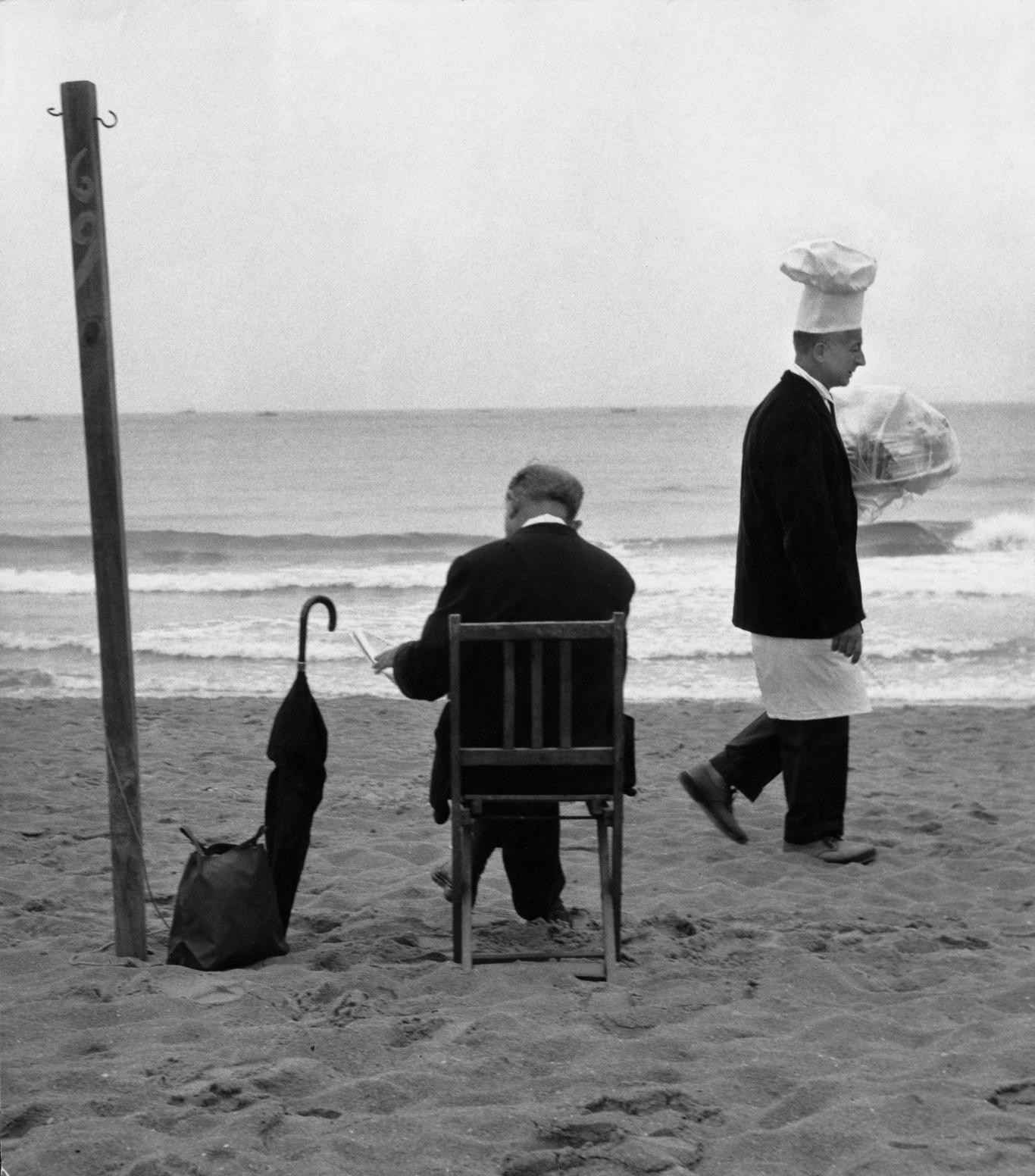 Hombre leyendo en la plaza y cocinero con bandeja