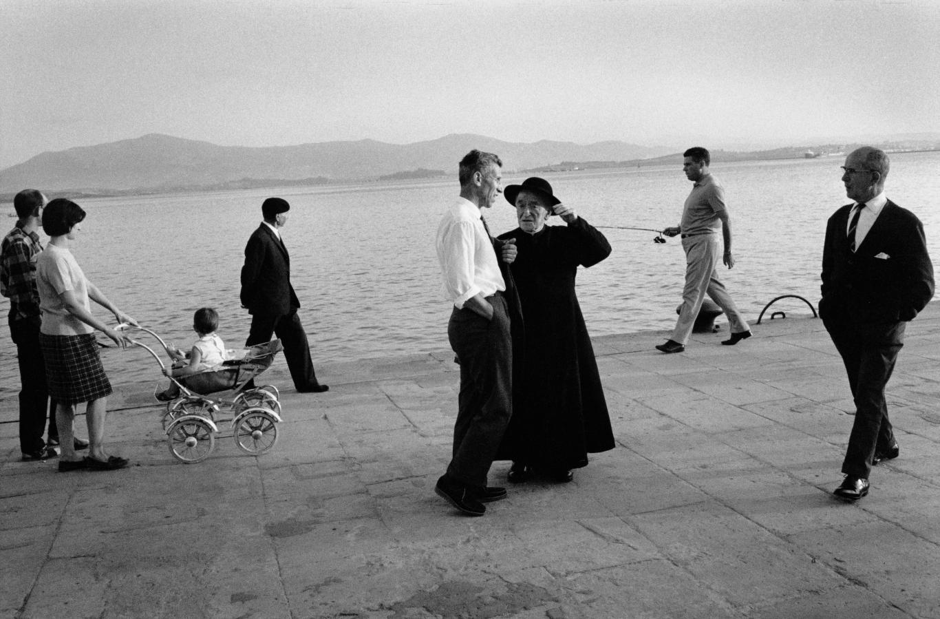 Grupo de personas paseando cerca del mar