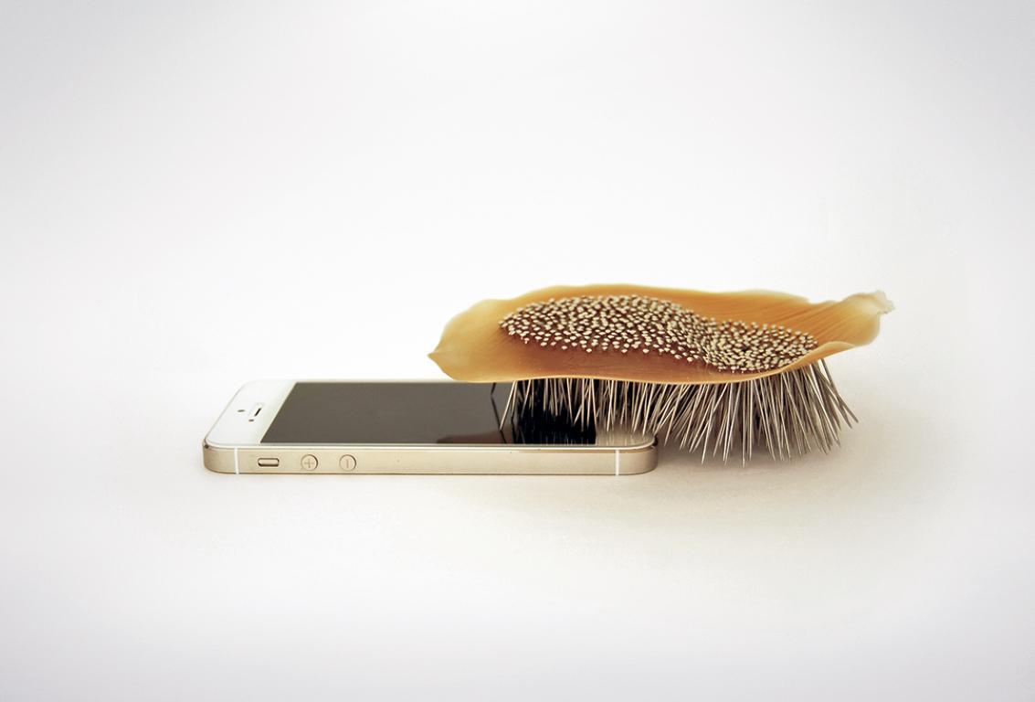 Cepillo con púas sobre un móvil