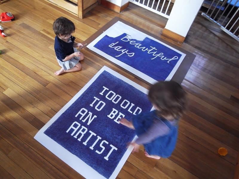 Dos niños mirando un cartel