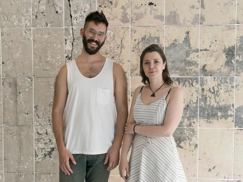 Dos mediadores culturales en la Sala de Arte Joven