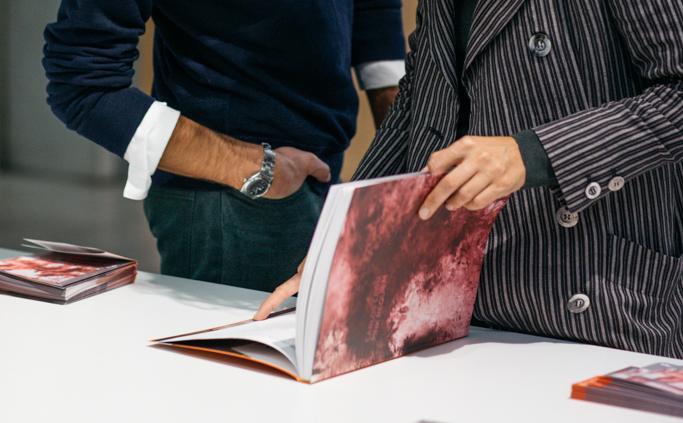 Dos personas hojeando un catálogo