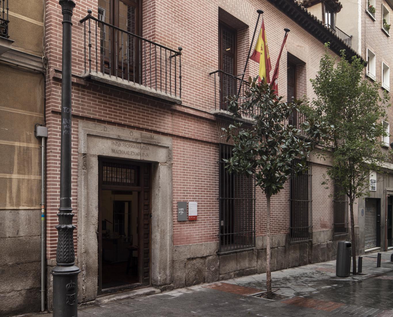 Fachada de una casa de dos plantas con ladrillo rojo visto