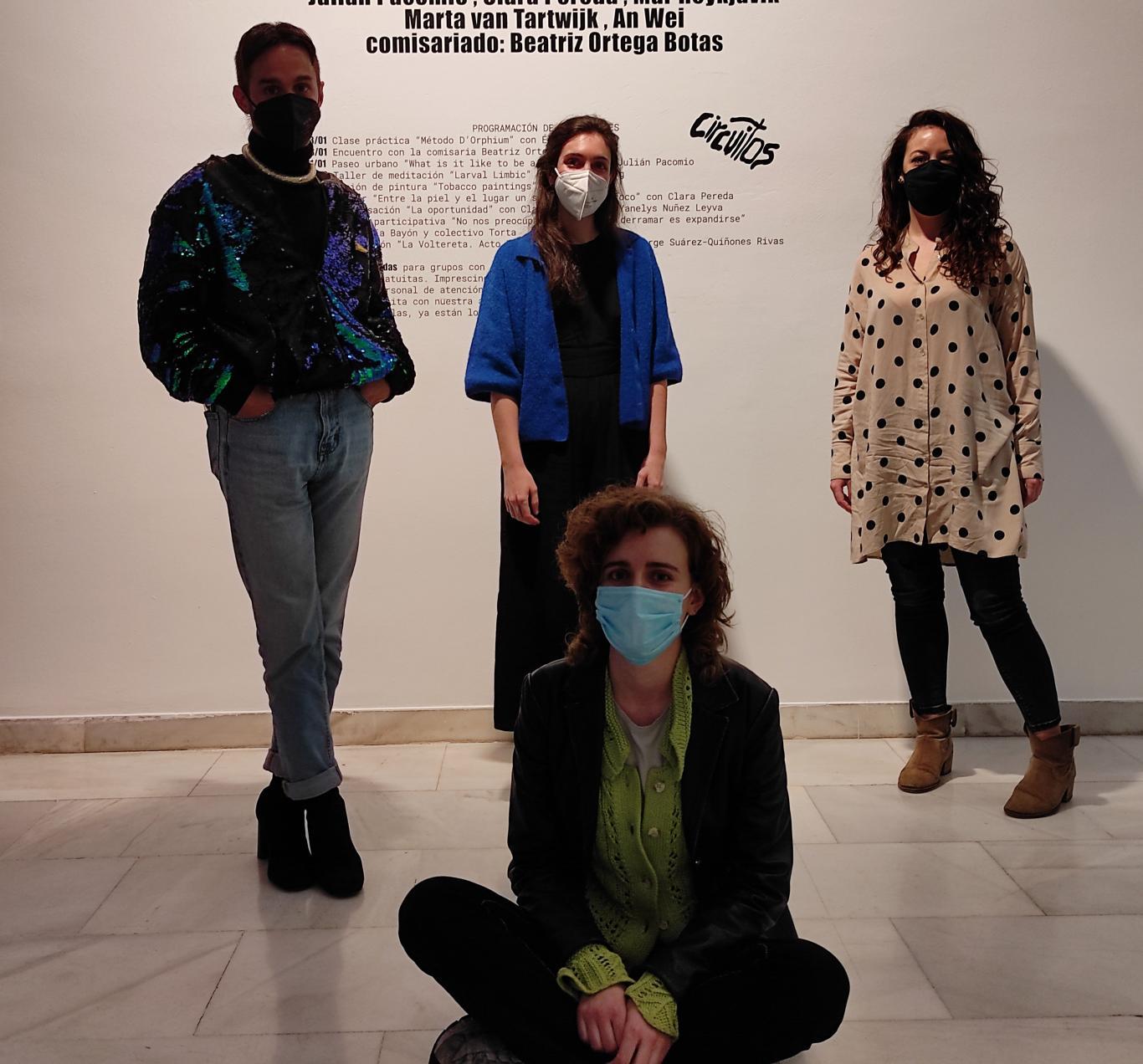 4 personas posando frente a una pared de la sala de arte joven