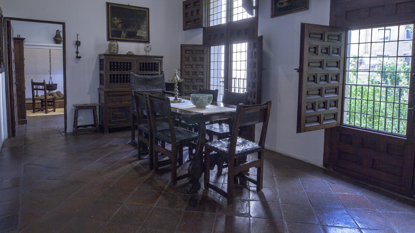 Sala de comer con mesa y sillas de madera antiguas
