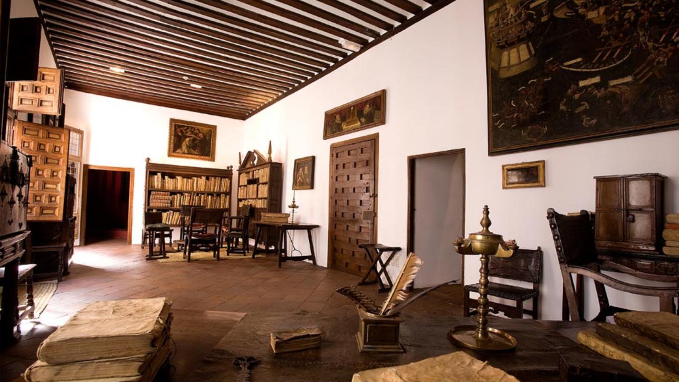 Sillas, estanterías y libros antiguos en una habitación antigua