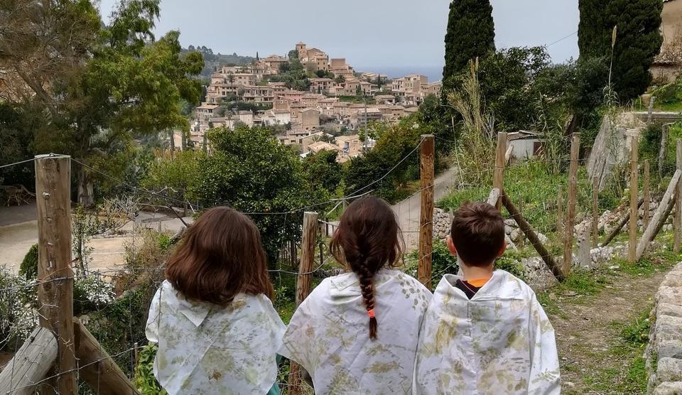 Tres jóvenes contemplando un paisaje