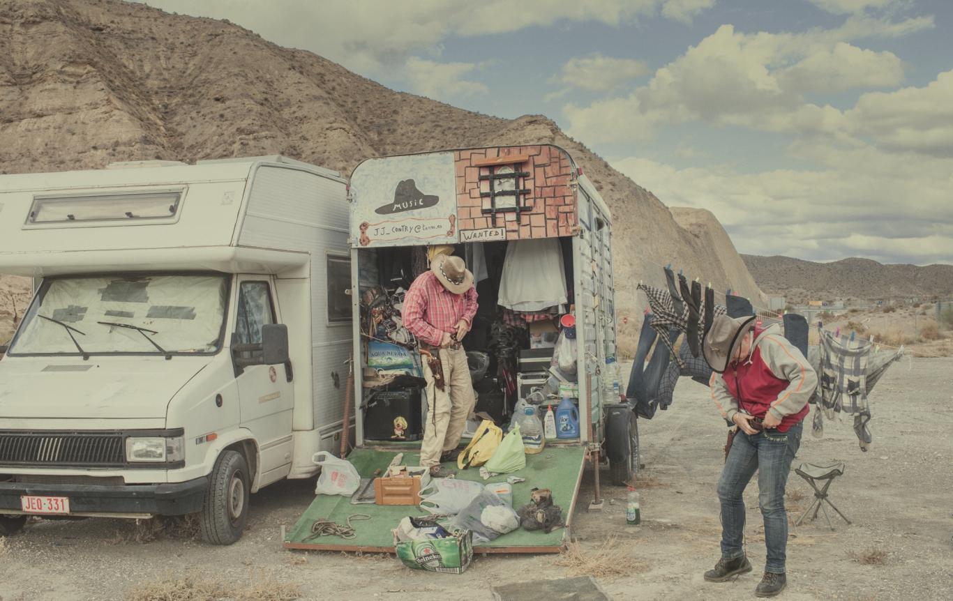 Vaqueros en una caravana en mitad del desierto de Almeria