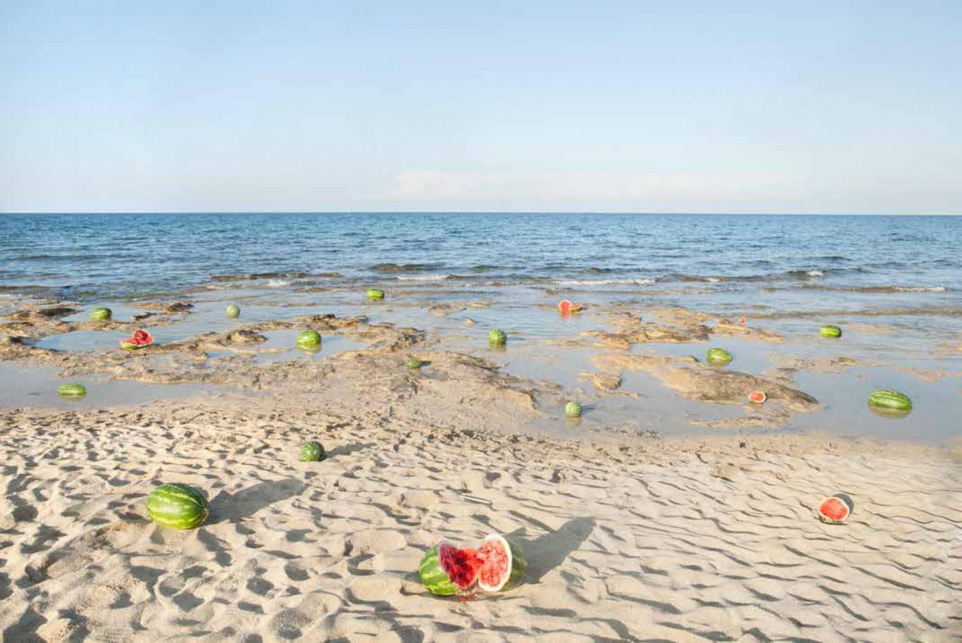 Foto en color de una playa llena de sandías