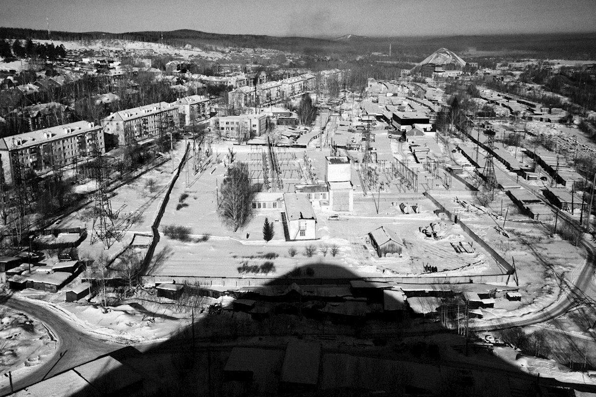 Fotografía en blanco y negro de un paisaje minero desolado