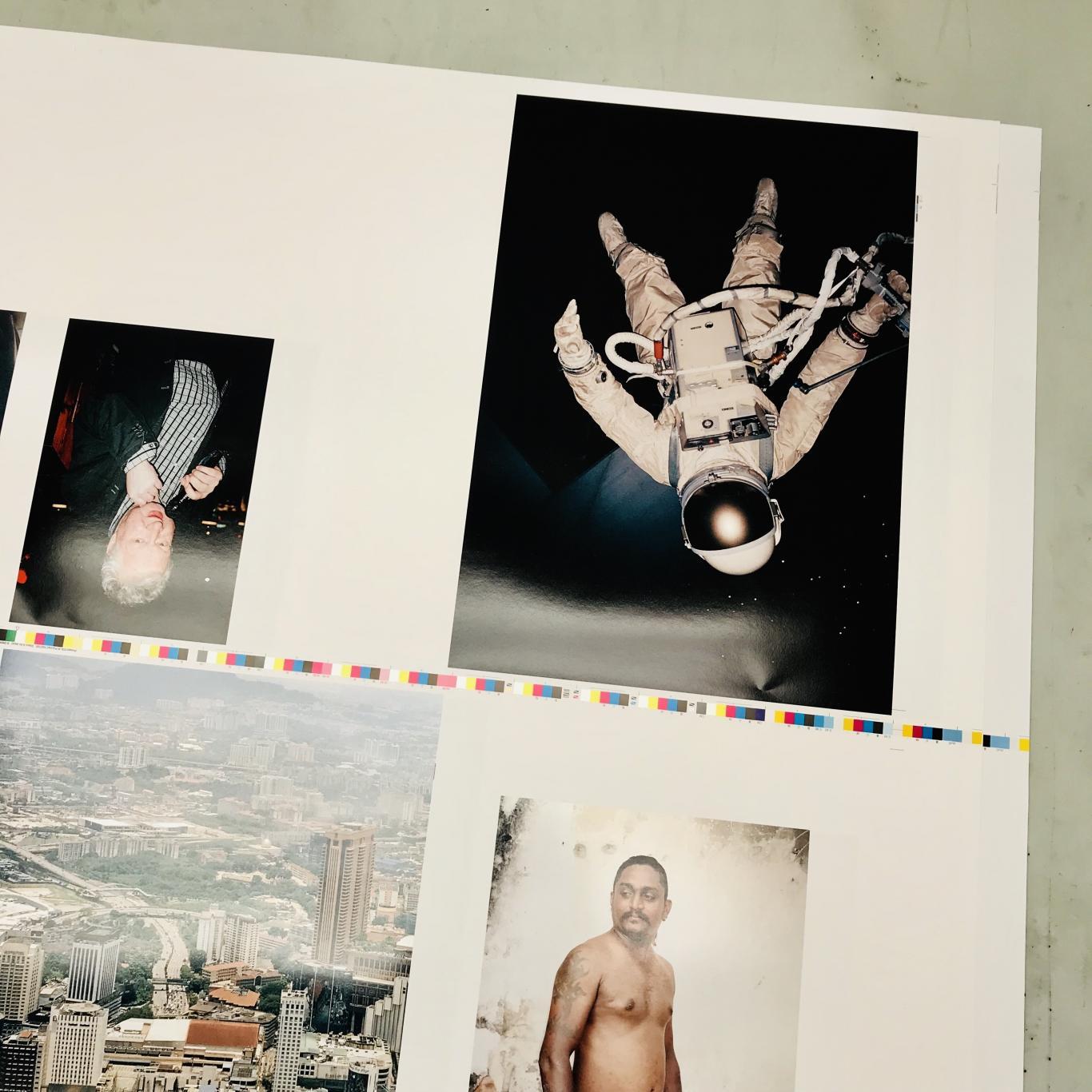 Varias imágenes en color sobre un álbum fotográfico