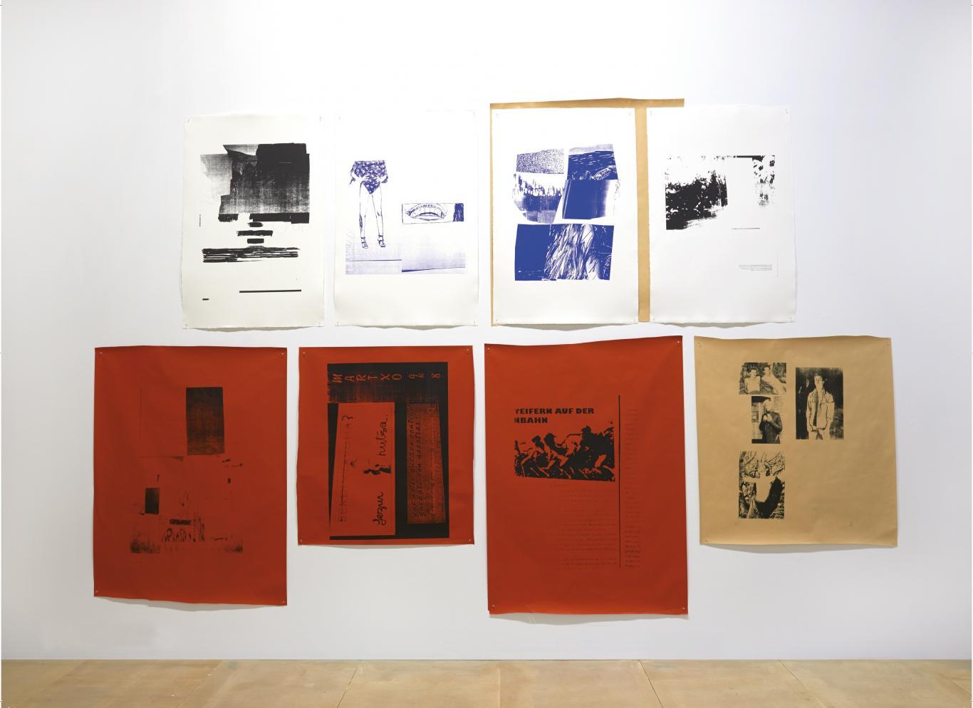 Ocho serigrafías de distintos colores dispuestas a modo de collage en una pared blanca