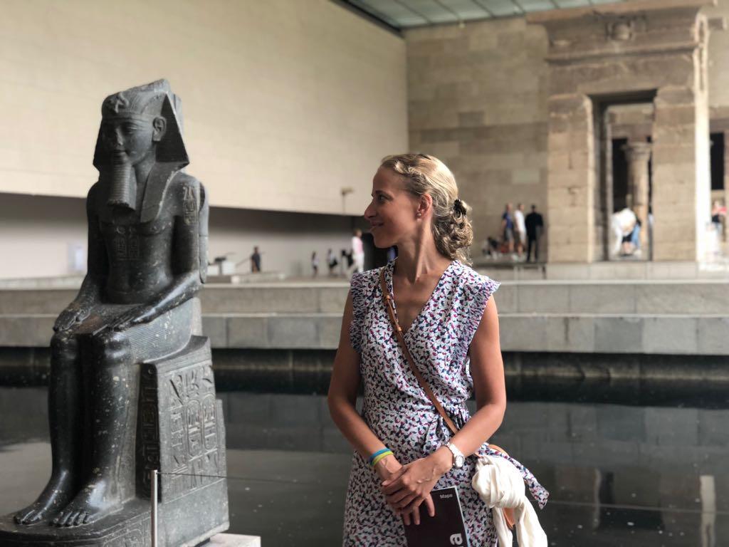 Imagen  del interior de un museo con un templo y estatua sedente egipcia