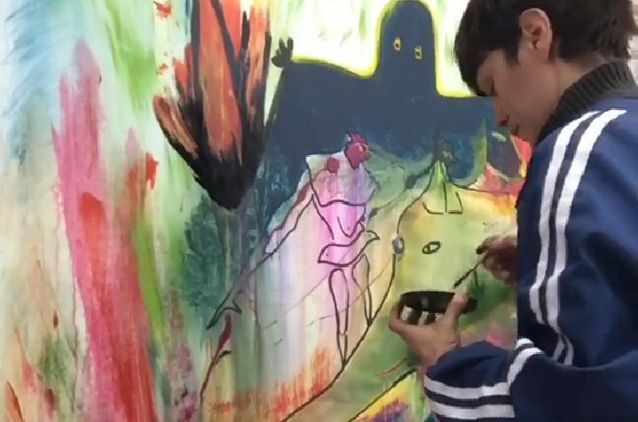Retrato de artista pintando un mural