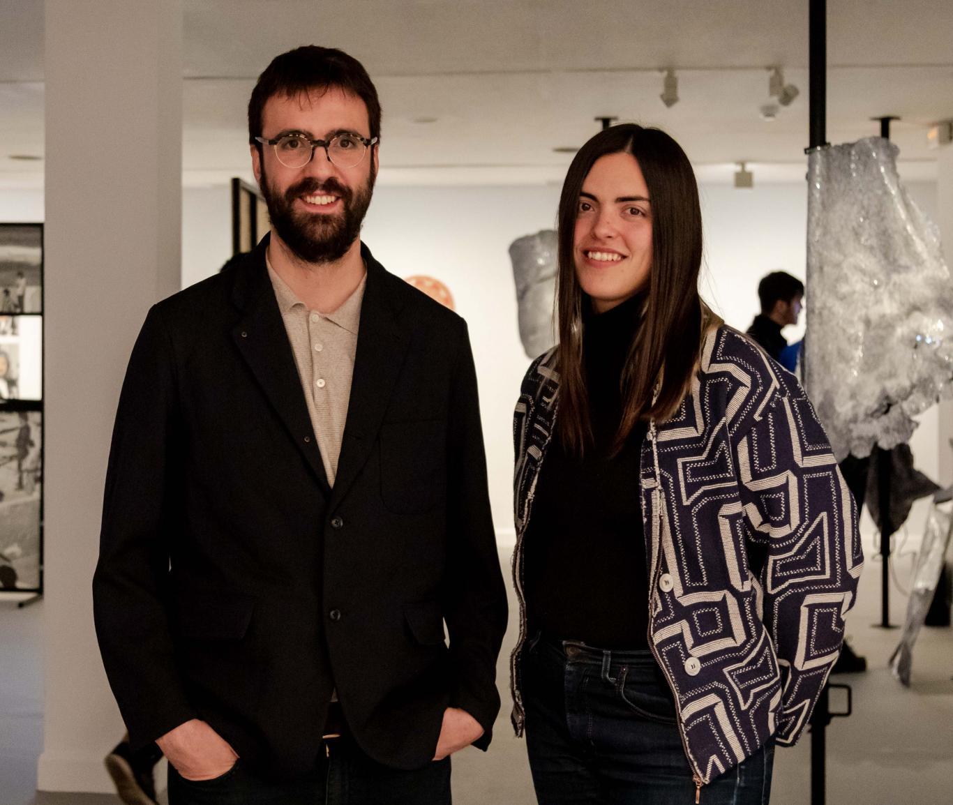 Retratos de Manuela y Jaime en una sala de exposiciones