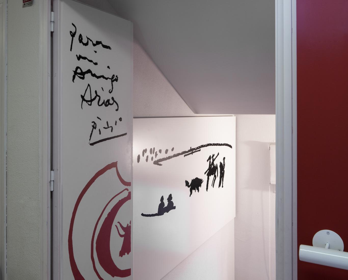Puerta blanca con unos dibujos en color negro