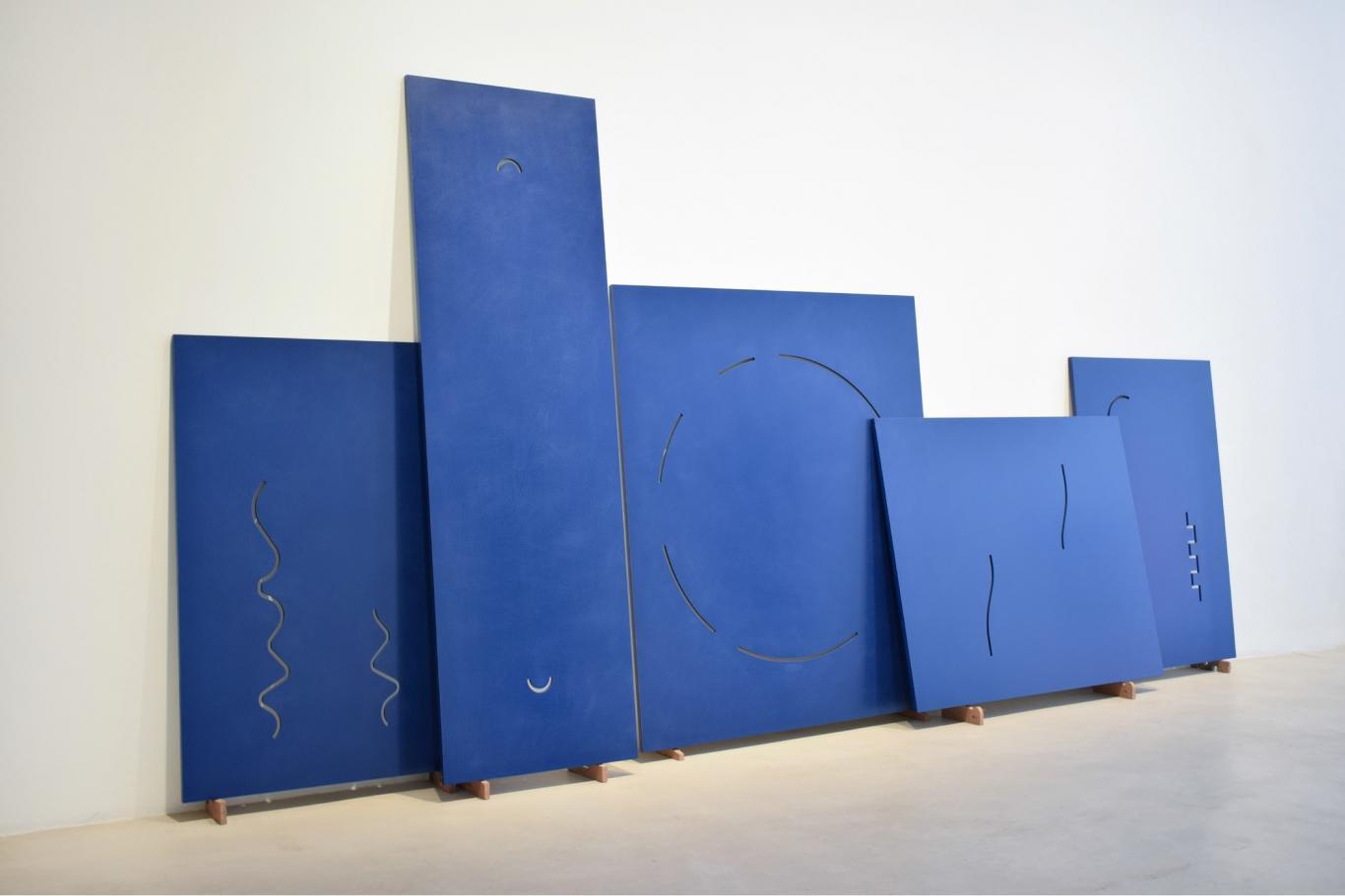 Escultura formada por lamas en color azul