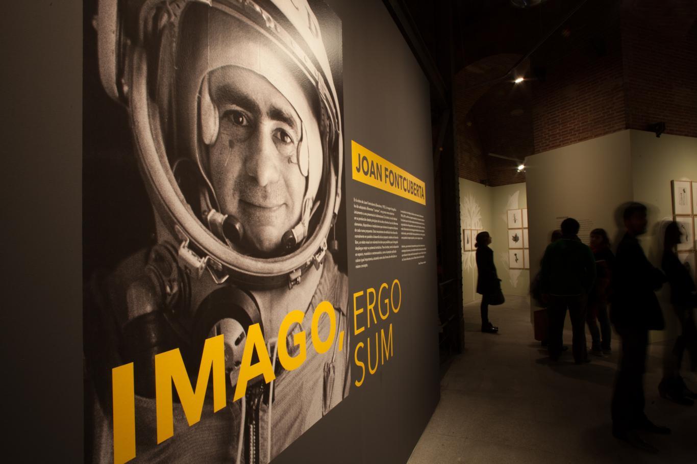 Panel con foto de Joan Fontcuberta disfrazado de astronauta en la entrada a su exposición en Sala Canal