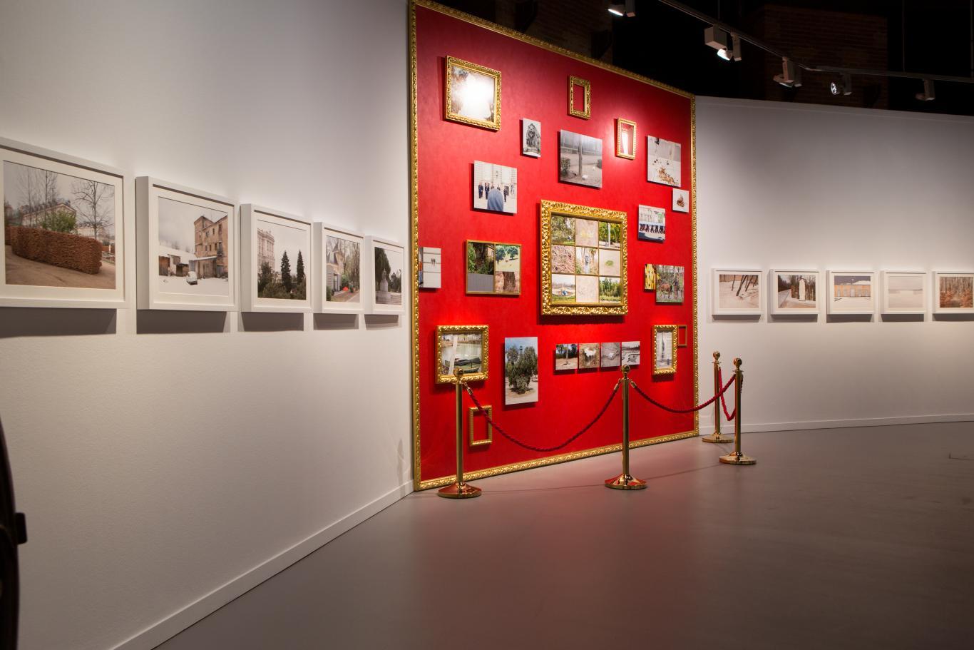 Tres paredes de la sala canal con fotografías dispuestas de varias maneras y con fondos de color distintos