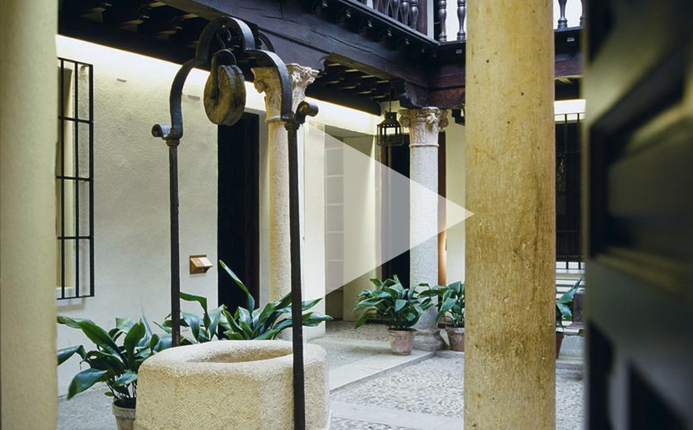 Visita del patio columnado y el pozo en el Museo Cervantes