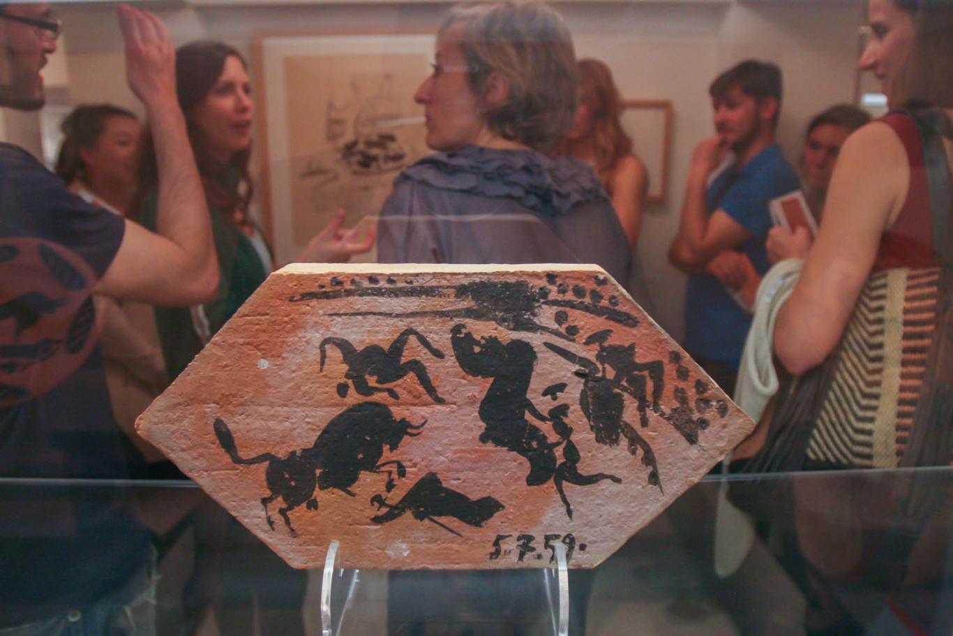 Visitantes delante de obra de Picasso