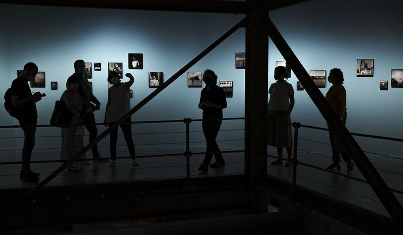 Grupo de personas visitando una exposición de fotografía