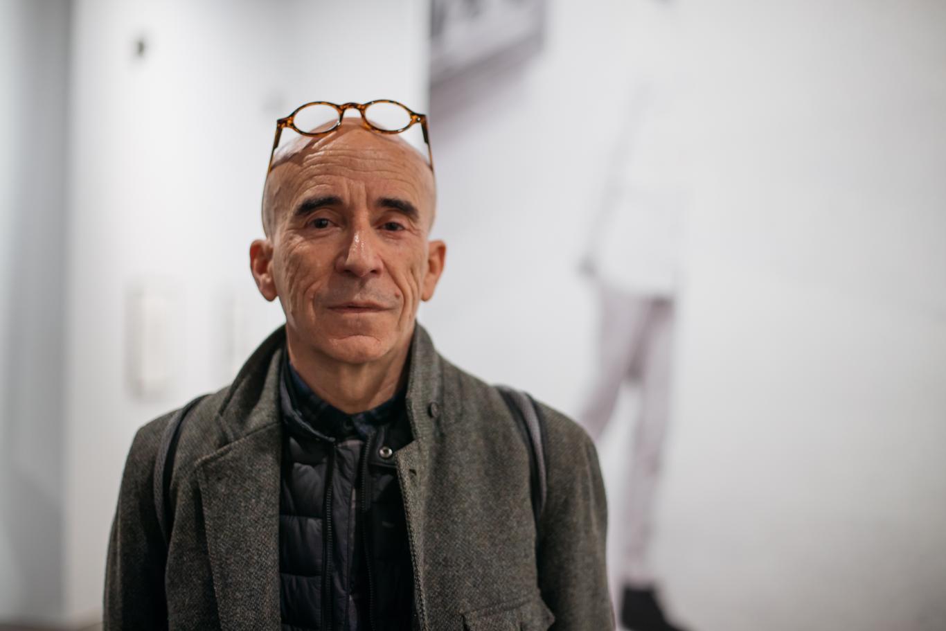 retrato del comisario de la exposición
