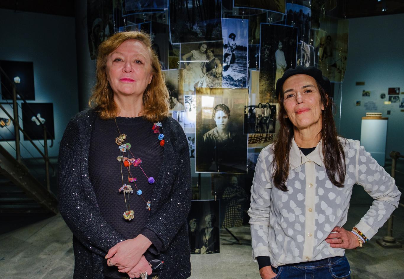 Retrato de la comisaria y de la fotógrafa dentro de la sala canal