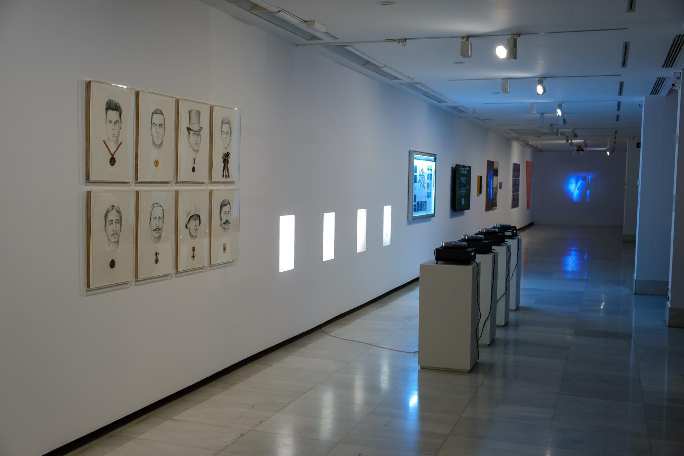 Sala de exposiciones con audiovisuales y proyecciones en la pared